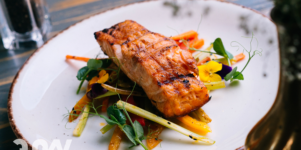 GRILLED SALMON WITH CRUNCHY VEGETABLES